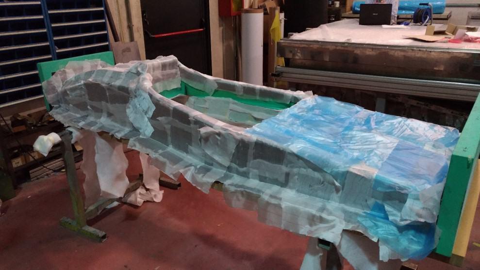 Fase della realizzazione della monoscocca in fibra di carbonio